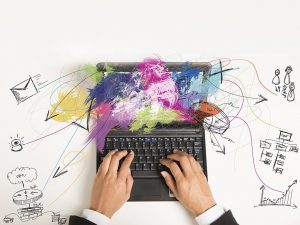 mains sur un ordinateur-formation digitale