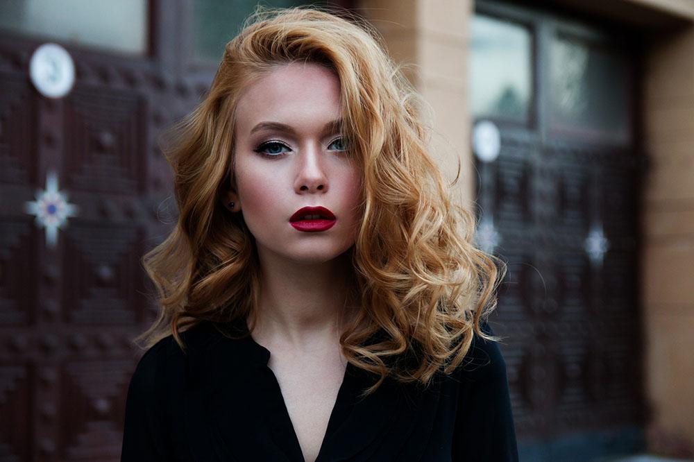 femme aux cheveux bouclés maquillée